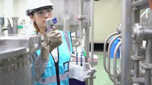 雌技術者の作業 - 製造業関係の職業点の映像素材/bロール