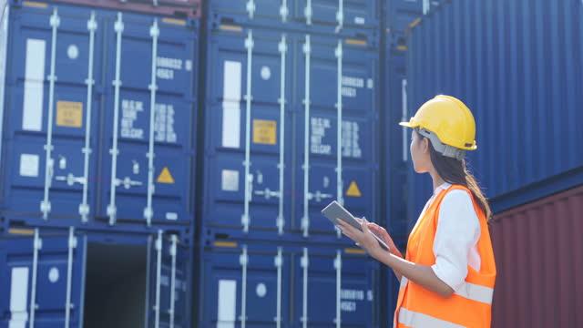 weibliche ingenieurin mit einem digitalen tablet arbeiten mit versand cargo container in versandhafen - bürojob stock-videos und b-roll-filmmaterial