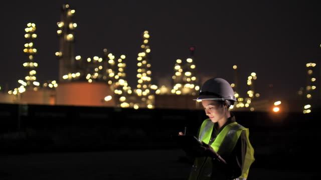 vídeos de stock, filmes e b-roll de engenheira trabalhando à noite - capacete equipamento