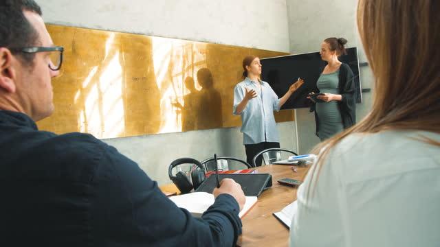 vídeos y material grabado en eventos de stock de female entrepreneurs discussing with colleagues in creative office - estocolmo
