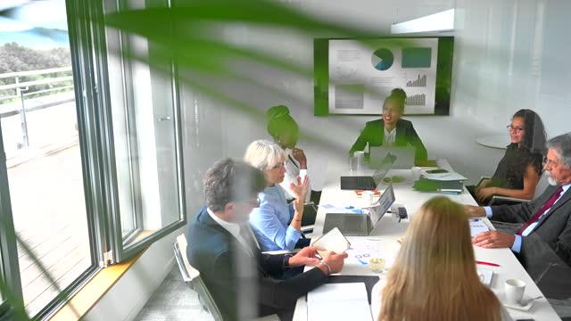 vidéos et rushes de présentation de la haute direction féminine à l'équipe de direction - collègue de bureau