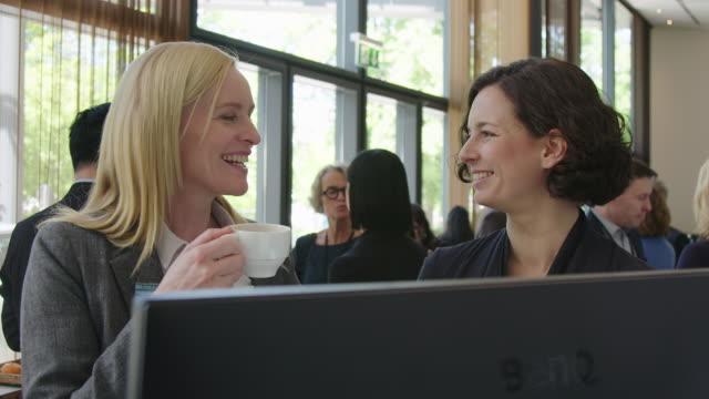 weibliche führungskräfte diskutieren auftaktveranstaltung in der pause - wissenschaft und technik stock-videos und b-roll-filmmaterial