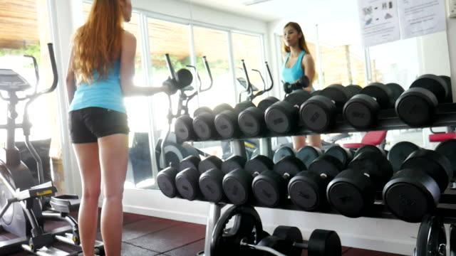 vídeos y material grabado en eventos de stock de mujer ejercicio con mancuernas - pedestrismo
