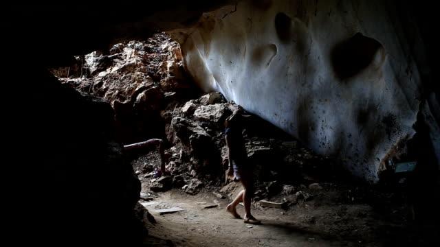 vídeos de stock e filmes b-roll de fêmea explorer é, agrimensura, a caverna - modelo objeto