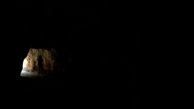 stockvideo's en b-roll-footage met female explorer is surveying the cave - alleen één mid volwassen vrouw
