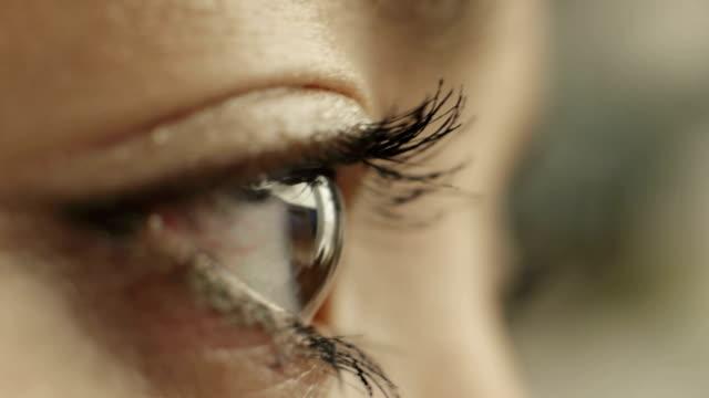 vídeos de stock, filmes e b-roll de macro - female eye closeup - vista lateral
