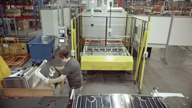 vidéos et rushes de employé d'usine cs femelle à son poste de travail - slovénie