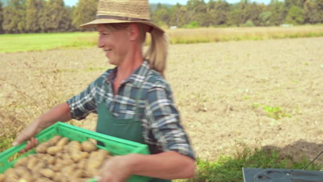 vidéos et rushes de caisses déchargement agricultrice du produit de camion de livraison - décharger