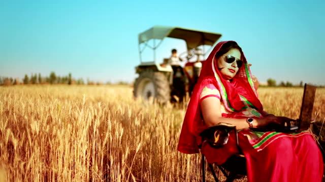 Weibliche Landwirt arbeiten mit Laptop in das Feld