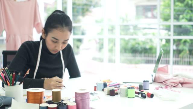 女性ファッション ・ デザイナー設計、ホーム オフィスでの書き込み - 書斎点の映像素材/bロール
