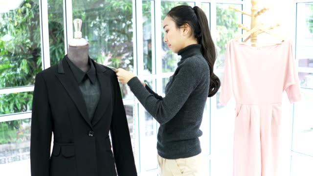 designer de mode féminine concevoir sa toile sur mannequin en bureau à domicile