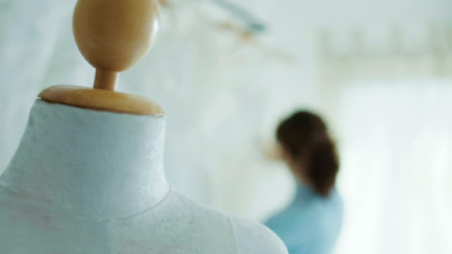 Weibliche Mode-Designer arbeiten mit Hochzeit Kleider