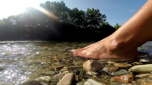 Weibliche Füße bei fluss frische