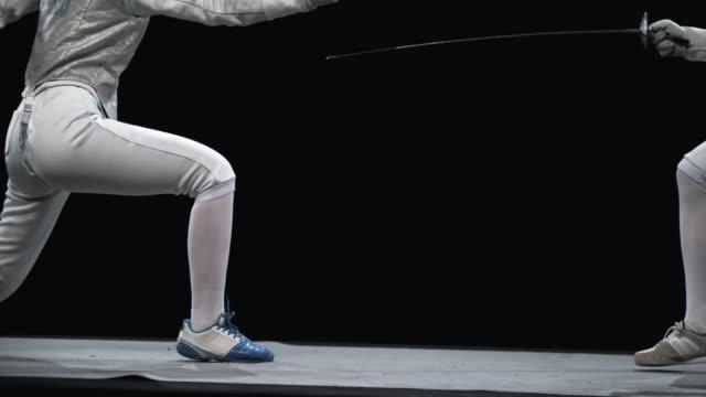 vídeos y material grabado en eventos de stock de slo mo esgrimista hembra golpeando un punto durante la pelea - en guardia