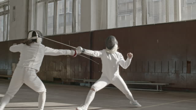 vídeos y material grabado en eventos de stock de female fencers training attacking technique - en guardia