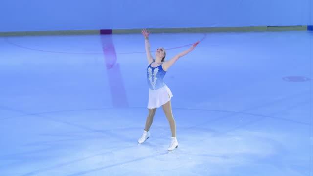 SLO MO 雌フィギュアスケート選手がプログラムの終了