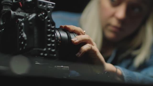 vídeos de stock e filmes b-roll de cu slo mo. female filmmaker changes camera lenses on film stage.. - marinheiro