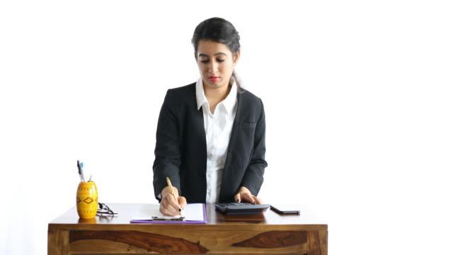 vídeos de stock e filmes b-roll de female finance professional - vestuário de trabalho formal