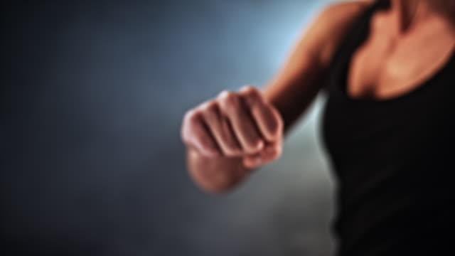 vidéos et rushes de slo mo ld poing féminin livrant un coup de poing - agression
