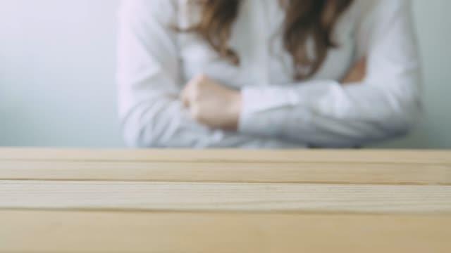 vídeos y material grabado en eventos de stock de mujer puños cerrados sobre una mesa de madera en ira - puño