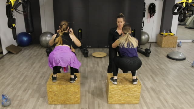 female fitness group box jumping at gym - bodyweight training stock videos & royalty-free footage