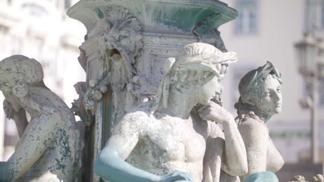 vídeos de stock e filmes b-roll de female fountain statues - estátua