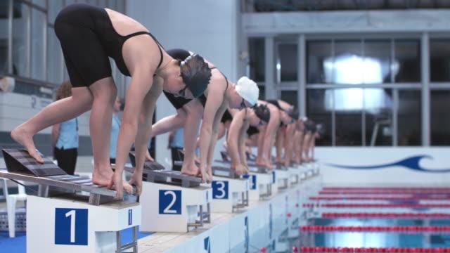 stockvideo's en b-roll-footage met ds female freestyle swimming competition start - binnenbad