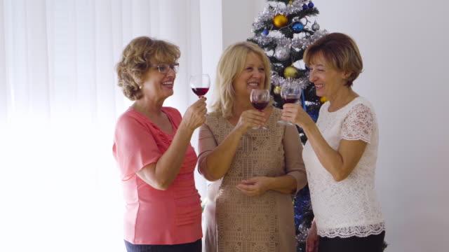 vídeos y material grabado en eventos de stock de amigas en fiesta de navidad - encuadre de tres cuartos