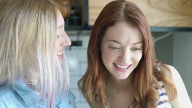 female friends chatting - 談笑する点の映像素材/bロール