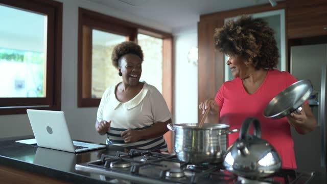 vídeos de stock, filmes e b-roll de amigas dançando e cozinhando juntas em casa - atividade física