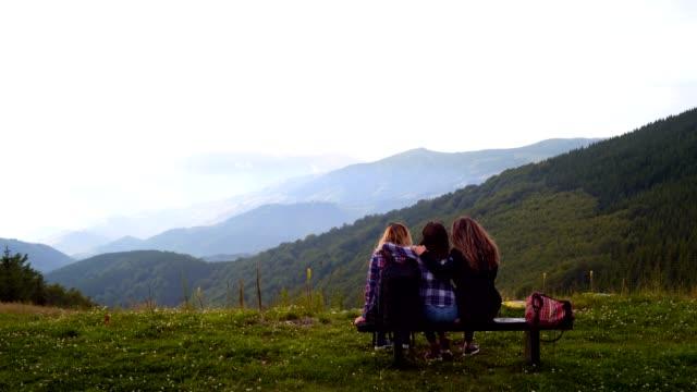 vidéos et rushes de amis femmes profitant de la vue des monts brumeux - tourisme vert