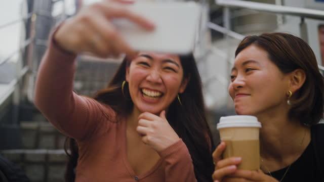 カフェで自分の時間を楽しむ女性の友人 - ブログ点の映像素材/bロール
