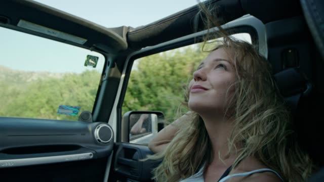 vídeos de stock e filmes b-roll de female friends on road trip - carro 4x4