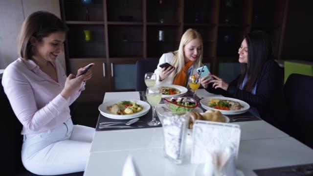 weibliche freundinnen fotografieren essen auf lunch break - kantine stock-videos und b-roll-filmmaterial