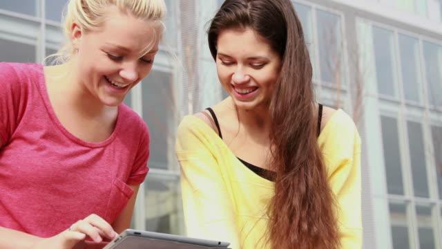 weibliche freunde spielen mit ipad - lesebrille stock-videos und b-roll-filmmaterial