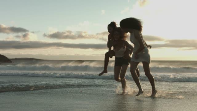 female friends running at beach during vacation - 14歳から15歳点の映像素材/bロール