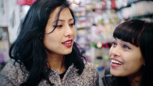 vídeos de stock, filmes e b-roll de amigos do sexo feminino loja de compras em geral. - dentro