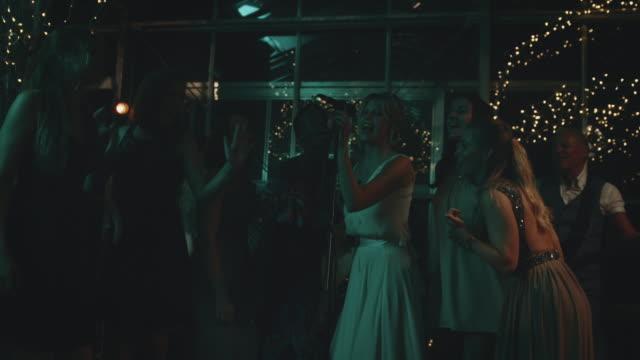 weibliche freunde singen mit braut auf hochzeitsfeier - musiker stock-videos und b-roll-filmmaterial