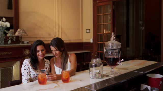 vídeos y material grabado en eventos de stock de amigas sentadas en un restaurante de lujo - 40 44 años