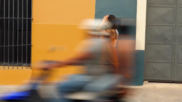 vídeos de stock, filmes e b-roll de ms female friends walking through street of town while shopping on vacation - yucatán