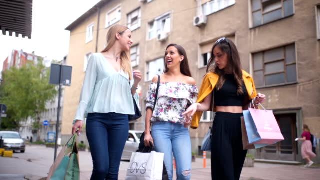 vídeos de stock e filmes b-roll de female friends walking with shopping bags - saco de compras