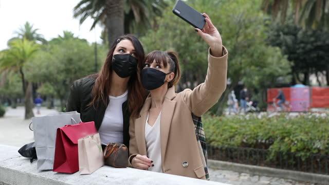 vídeos y material grabado en eventos de stock de amistad femenina, dos mujeres tomando un selfie después de ir de compras - amistad femenina