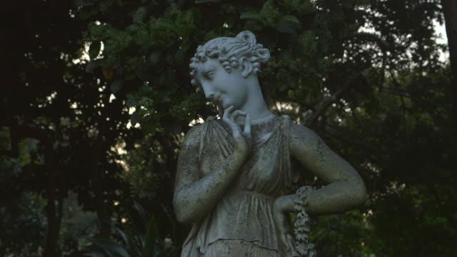 female garden statue in macquarie botanical gardens - dekoration stock-videos und b-roll-filmmaterial