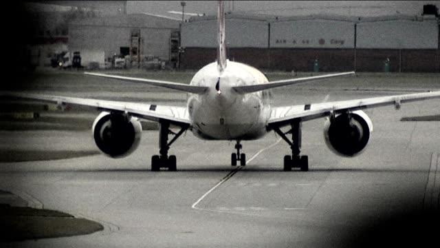 border officials launch new operation r17121309 heathrow airport sequence aircraft taxies on runway - mutilazioni genitali femminili video stock e b–roll