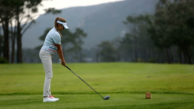 vídeos de stock e filmes b-roll de female golfer hits the perfect drive - golfe