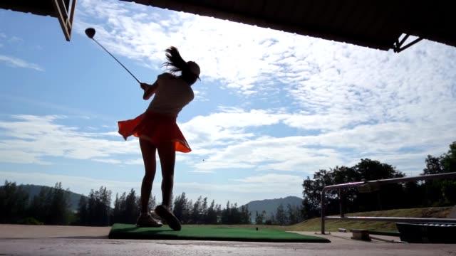 女性ゴルファー, スローモーション - ゴルフのスウィング点の映像素材/bロール