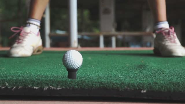 vidéos et rushes de golfeur féminin teeing au secteur de conduite de golf - golf