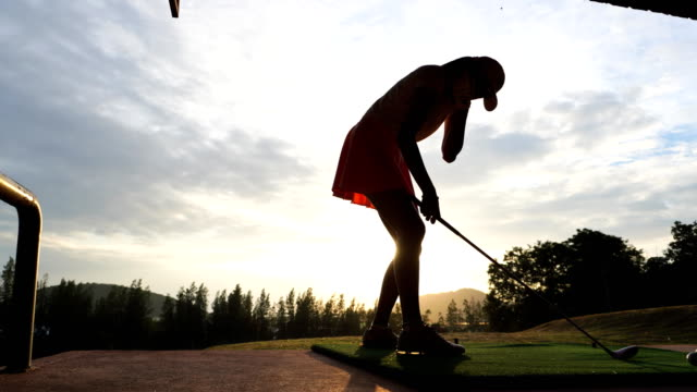 vidéos et rushes de golfeur féminin teeing off, time lapse - tee de golf