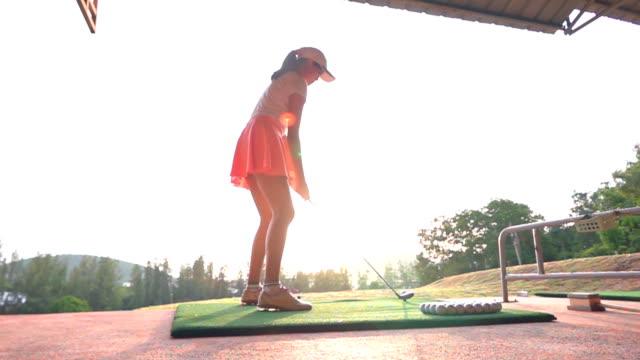 女性ゴルファーティーオフ - ゴルフのスウィング点の映像素材/bロール