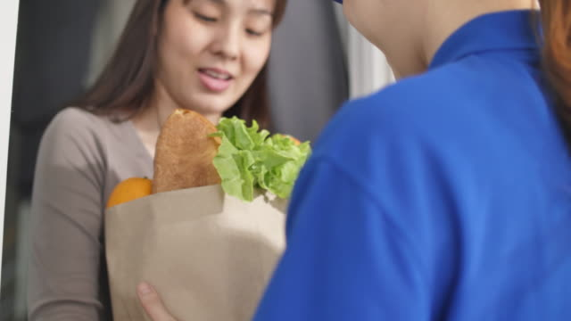 女性の食料品配達員 - 段ボール箱点の映像素材/bロール